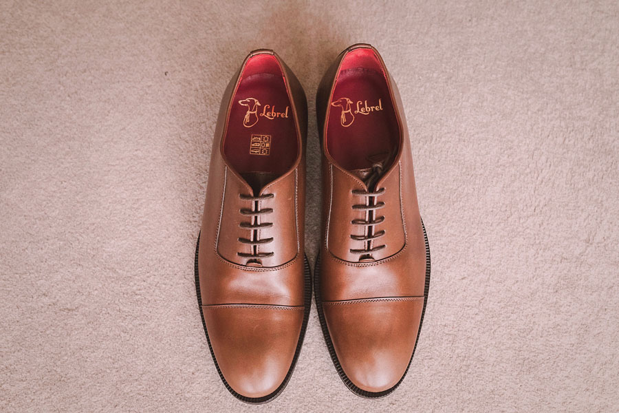 Aires Toscanos: zapatos en piel en color marrón.